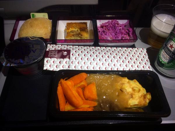 Servicio de cena a bordo del vuelo Oslo - Doha en el B787 de Qatar Airways