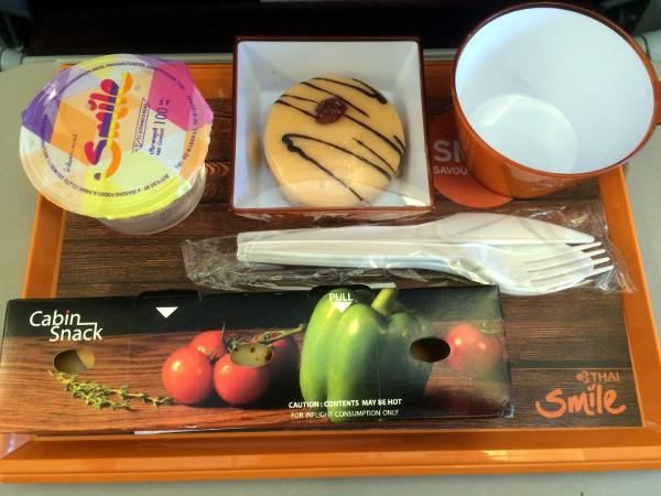 Servicio de comida y bebida a bordo de Thai Smile Chiang Mai - Phuket