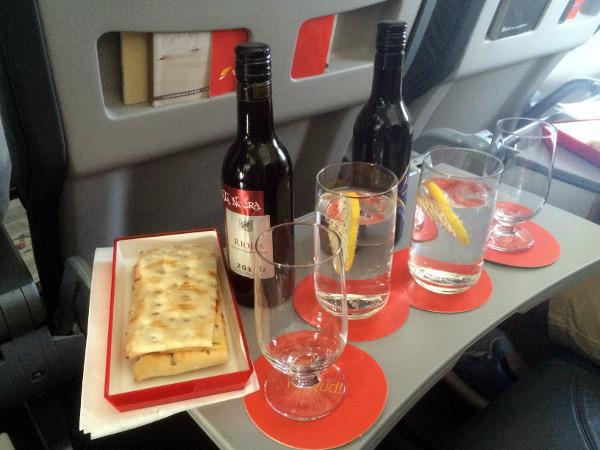 Servicio de comida y bebida en clase Business Puente Aéreo.