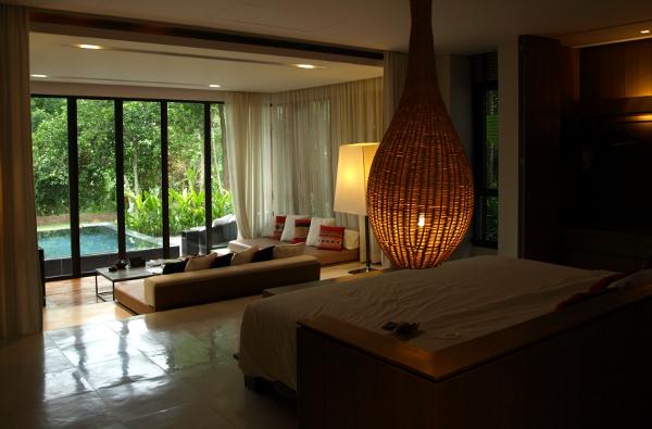 En mi último viaje a Tailando, recibí un ascenso de habitación (triple): desde la habitación más económica, a una habitación con piscina privada. Si hubiese pagado por la habitación recibida, tendría que haber pagado 6 veces lo que yo pagué por la habitación.