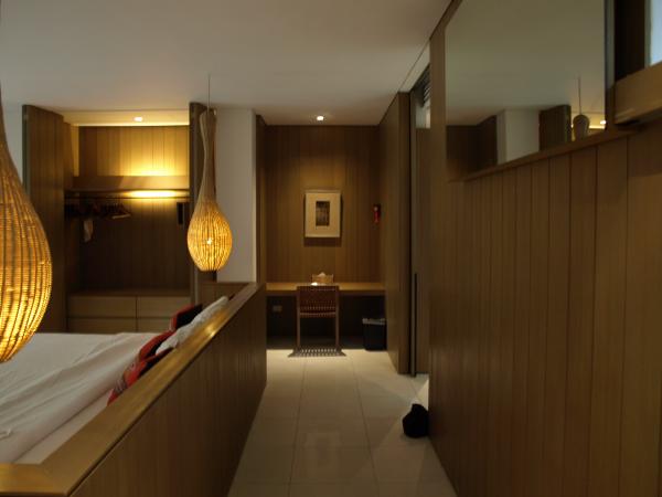 Veranda Chiang Mai: entrada habitación con escritorio/tocador al fondo.