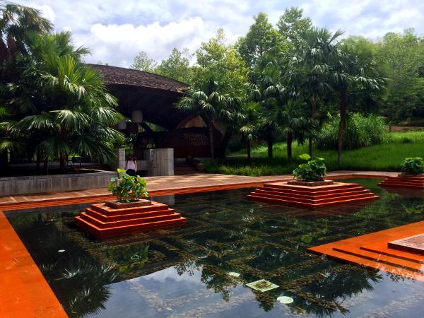 Patio de agua a la entrada del hotel Veranda Chiang Mai.