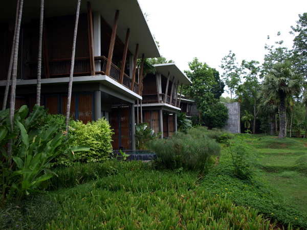 Pavillion con piscina (planta baja) o jacuzzi (planta alta).