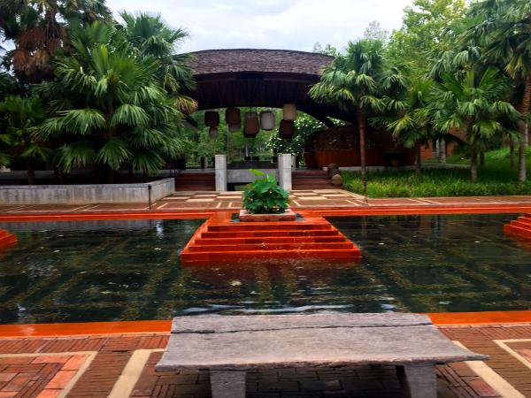 Veranda Chiang Mai: patio de agua a la entrada del resort.