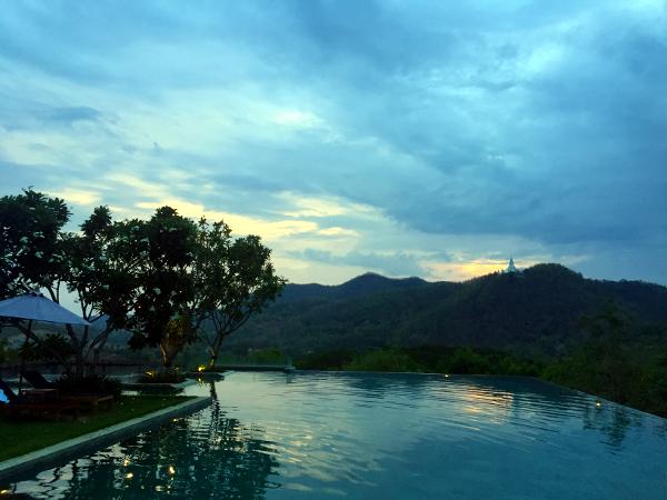 Veranda Chiang Mai: atardecer desde la piscina infinita.