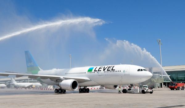 Arco de agua al salir de Barcelona vuelo inugural IB2623 BCN-LAX.