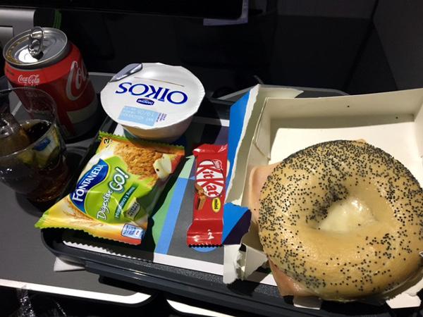 Merienda Turista Premium LEVEL: bagel de jamón y queso caliente, acompañado de yogur, galletas y chocolatinas.