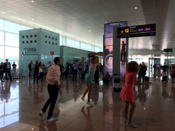 Flash-mob de La La Land antes del embarque del vuelo LEVEL IB2623 BCN-LAX.