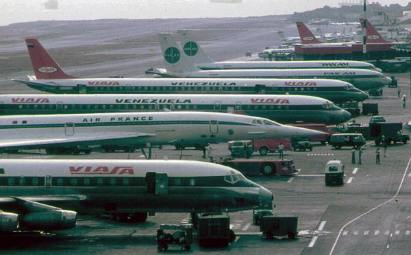 Aeropuerto Internacional Simón Bolívar. En el pasado incluso se dejaba ver el Concord de Air France. Hoy en día, más y más aerolíneas suspenden sus conexiones con Venezuela.