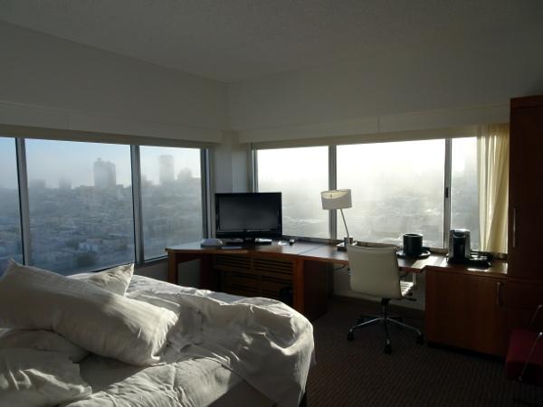 Holiday Inn San Francisco Golden Gate corner room. Vistas matinales con la clásica niebla de San Francisco.