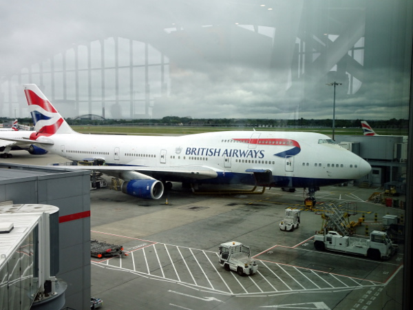 El 747 de British Airways estacionado en la puerta B33.
