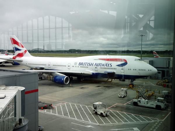 El 747 de British Airways estacionado en la puerta B33.