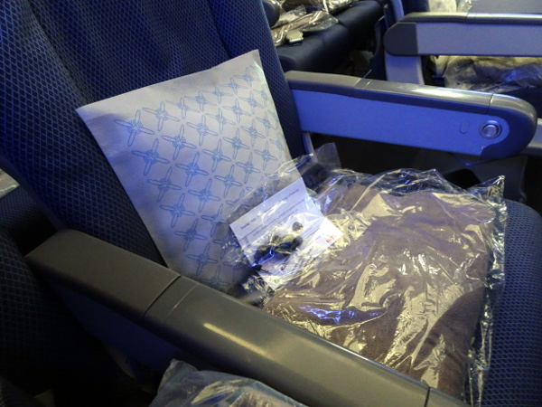 Turista British Airways: almohada, manta y auriculares.