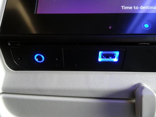 Turista British Airways: pantalla individual con enchufe USB y salida auriculares.