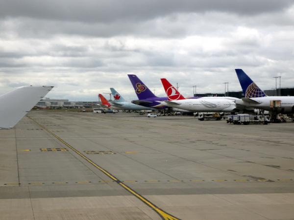 Aerolíneas StarAlliance estacionados en la Terminal 2.