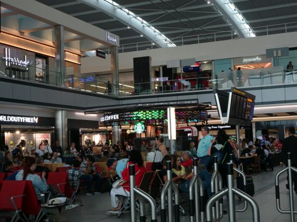 Zona salidas Heathrow Terminal 5.