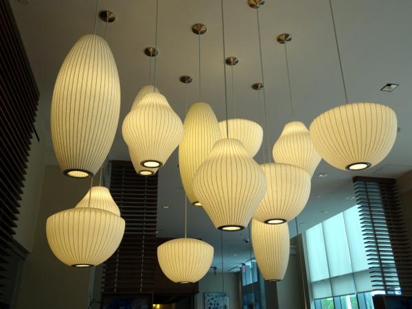 Hilton Garden Inn Long Island City: lámparas entrada.