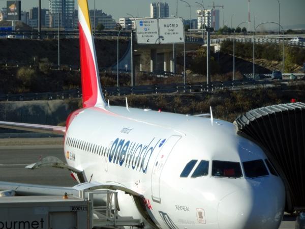 Volando Iberia Business Class Europea. El A319 EC-KHM a la llegada a Madrid.