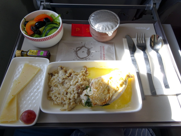 Volando Iberia Business Class Europea. Pechuga de pollo rellena de mango.