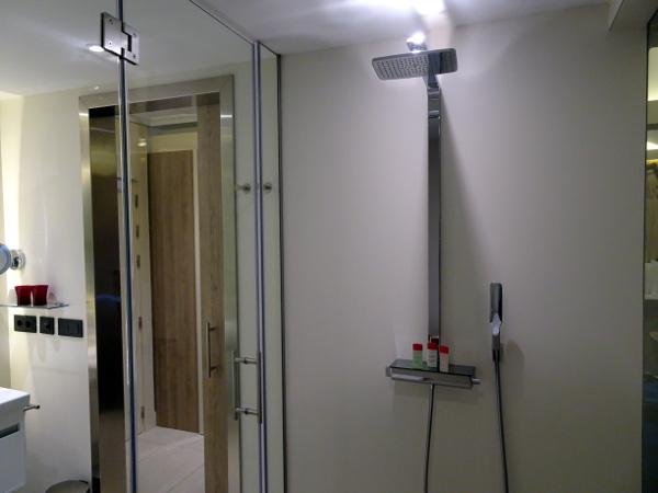 Habitación Premium Gran Meliá Palacio de los Duques: ducha.