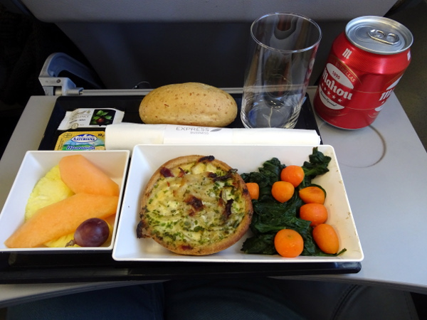 Iberia Express Business MAD-SPC: quiche, verduras, fruta, pan y chocolate.