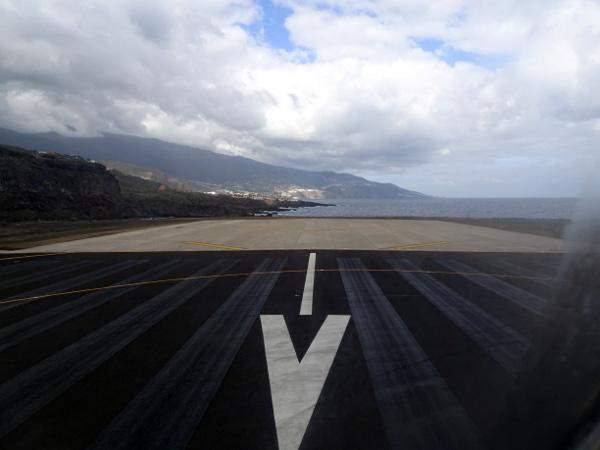 En cabecera de la pista 19 de La Palma.