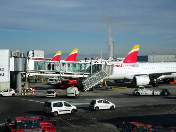 Aviones de Iberia e Iberia Express en la terminal 4 de Madrid.