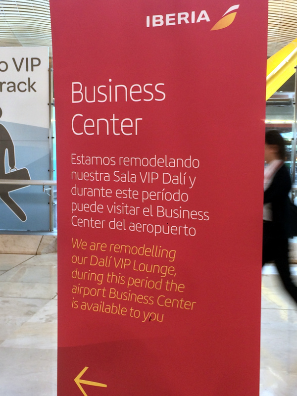 Señal de Iberia anunciando el acceso alternativo al Business Center durante la remodelación de la Sala VIP Dalí.