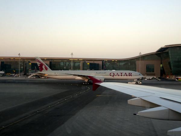 Boeing 777 de Qatar Airways abandonando la puerta de embarque.