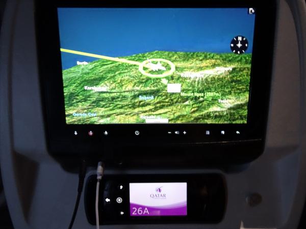 Pantalla y control remoto del sistema Oryx de Qatar Airways.