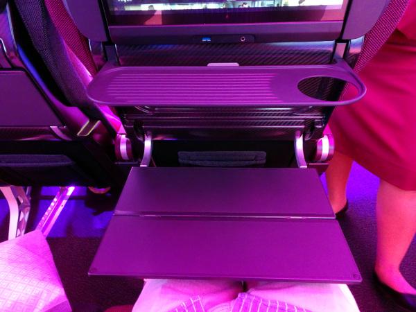 Sistema dual de mesas en Qatar Airways.