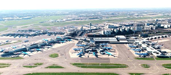 Un mar de aviones de KLM parados en el aeropuerto de Amsterdam Schiphol.